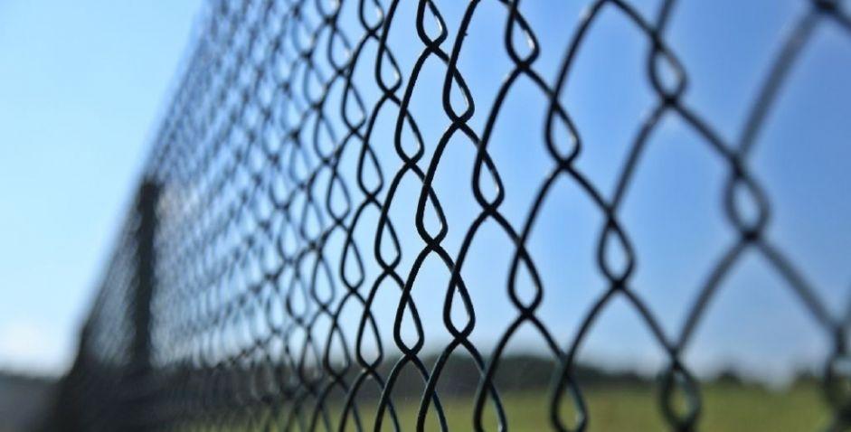 Забор из плетеной сетки