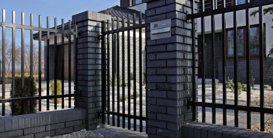 Забор из вертикальных профилей
