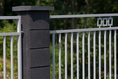 Черный бетонный забор
