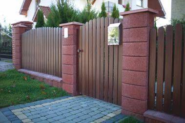 Коричневый бетонный забор