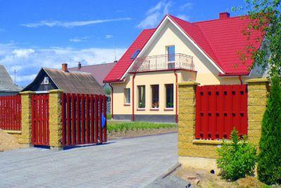 Красный забор из металлопрофиля