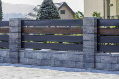 Серый бетонный забор