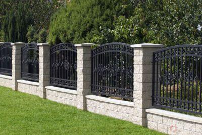 Серый забор из камня