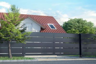 Широкий металлический забор