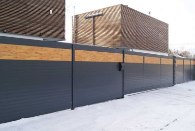 Забор с деревоимитацией