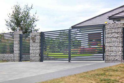 Забор из металла с габиоными