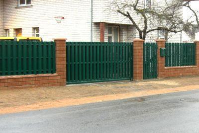 Зеленый забор из штакетника