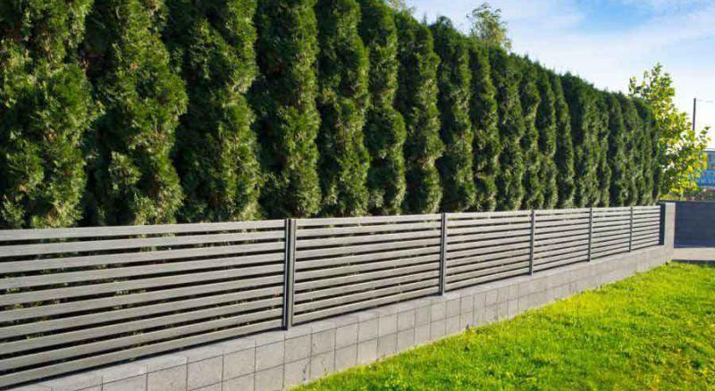 Бетонный забор с металом